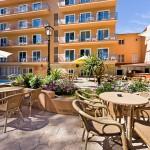 terraza con bar y piscina hotel